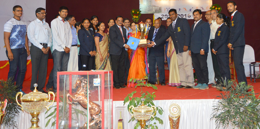 Modern College, Shivajinagar bags 'Best Sports College' 2015-16